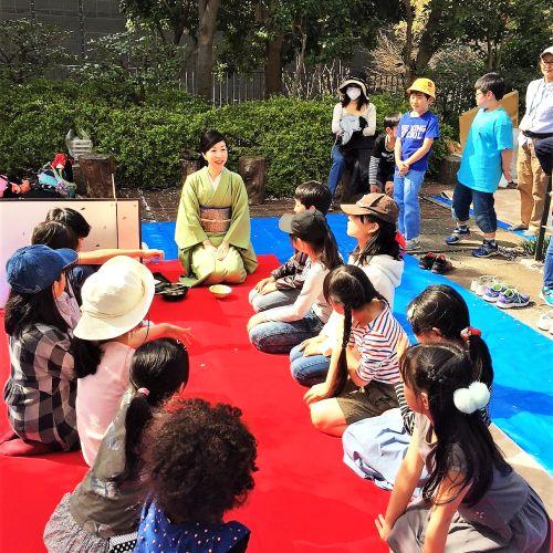 サクラの下で茶道を習う参加者