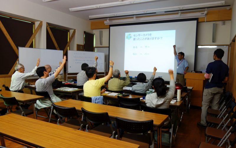 室内で講義で受ける哺乳類調査チーム(写真)