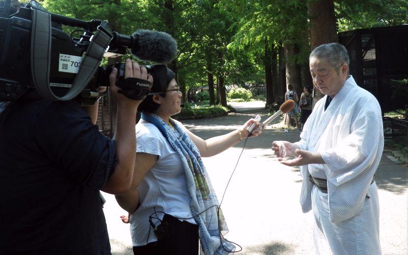 NHKのインタビューを受ける東川光夫さん