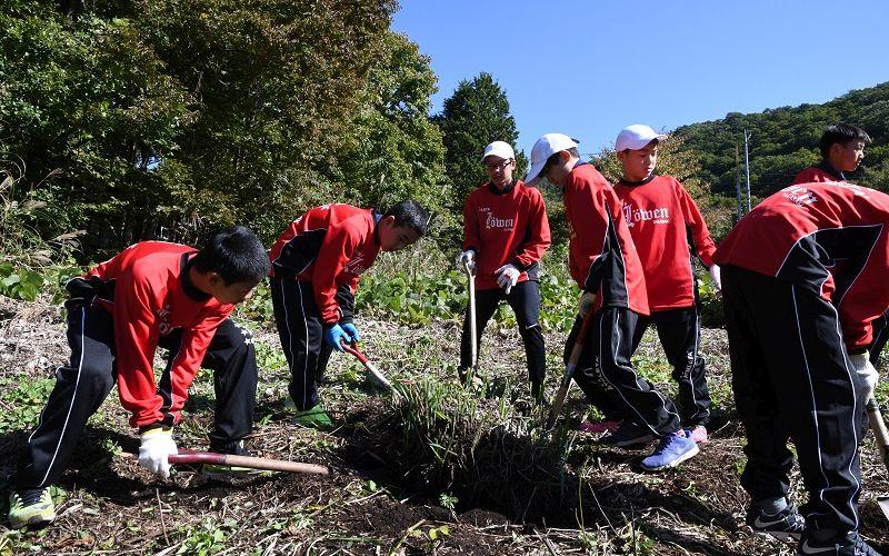 ルーヴェン高崎FCの子供たちが土地を耕す(写真)
