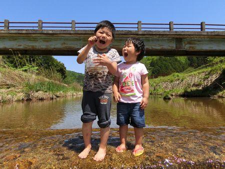 川で遊ぶ子どもの写真