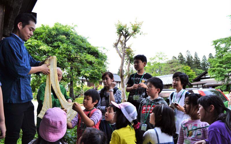 参加者に説明する山崎杜人さん