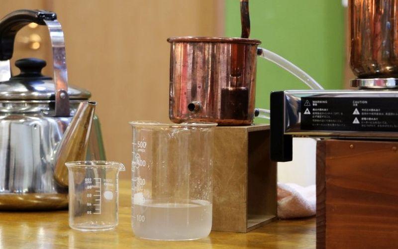 抽出された蒸留水(写真)