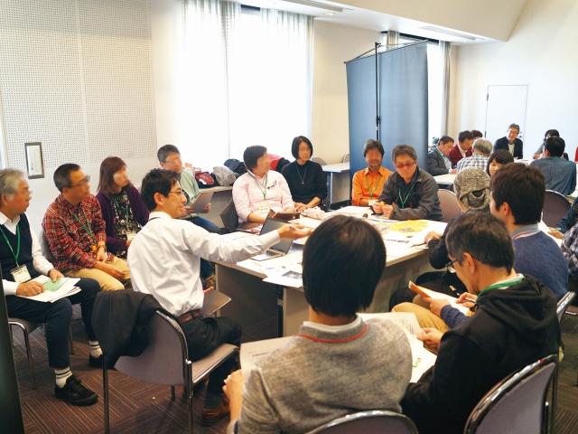 テーブルを囲む参加者、分科会の様子(写真)