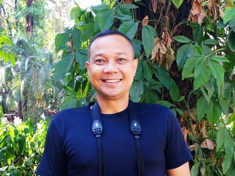 ジャングルを背景に笑顔のニッキさん写真