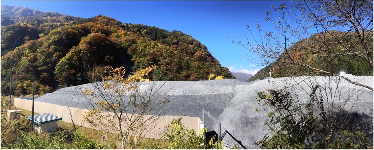 山と積まれた建設残土写真