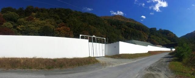 建設発生土を囲む白い塀写真