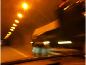 トンネルの中ですれ違うダンプカー写真