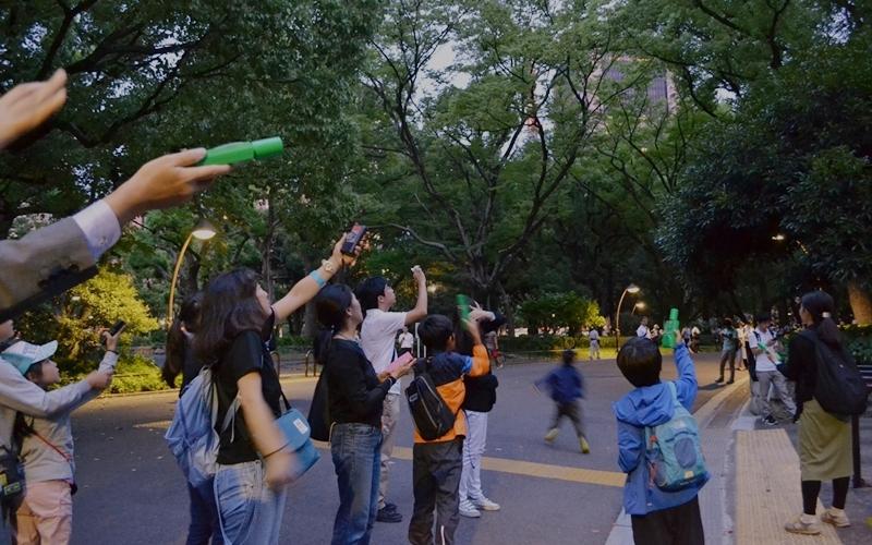 コウモリ探知機を空に掲げる参加者の写真