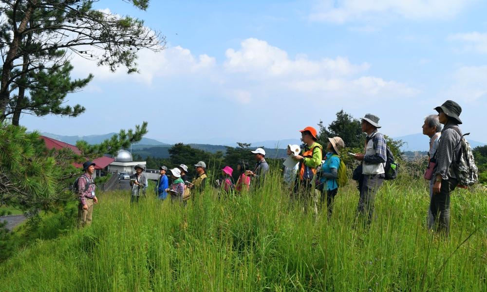 草地での講習風景写真