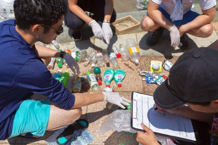 プラゴミを並べ調査用紙に記入している参加者の写真