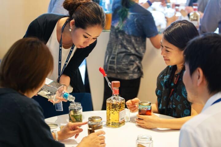 参加者に説明している女性社員の写真