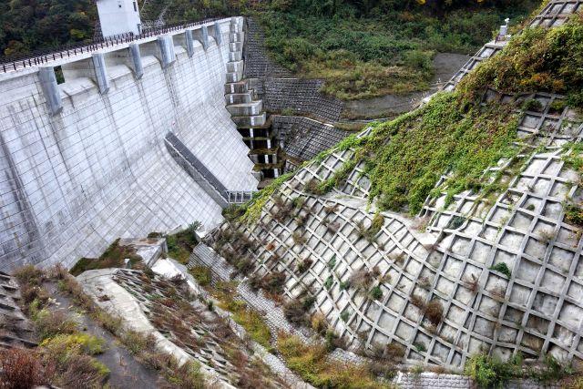 水の貯まっていないダムの写真
