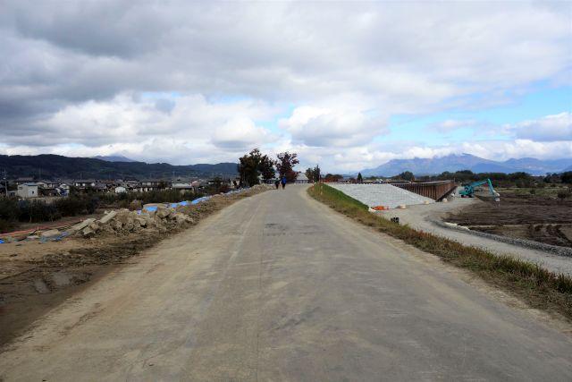 道路正面に新しい堤防が見える写真