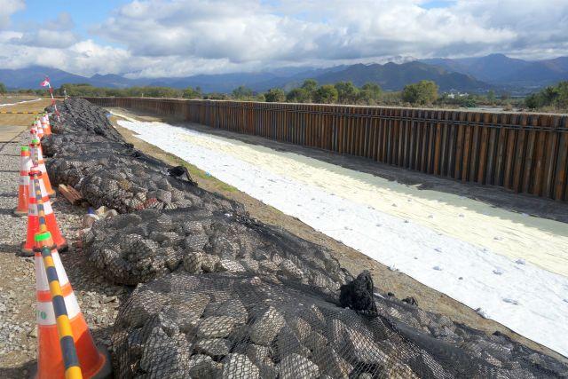 建設中の堤防の写真