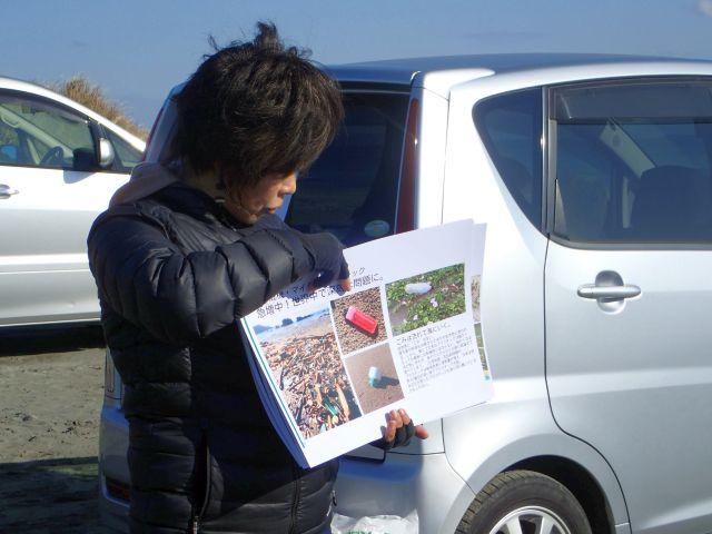 参加者に説明する志村の写真2アップ
