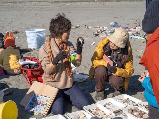 参加に貝の説明をする志村