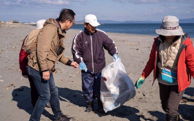 ゴミを集める参加者の写真