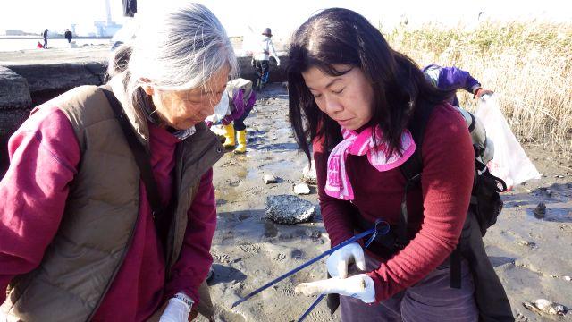 何かを見つけた女性参加者二人の写真