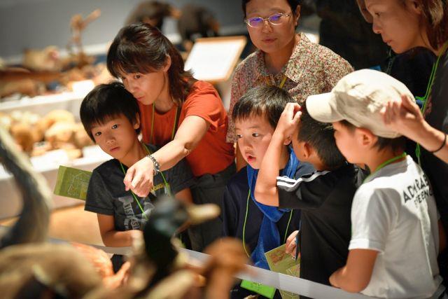 ミュージアムを見学する親子の写真