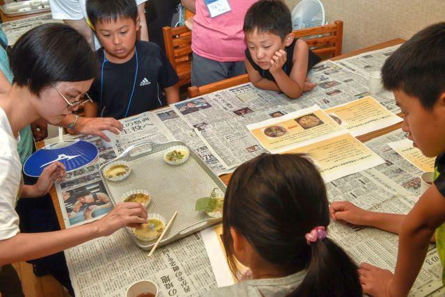 作り方を学ぶ子供達の写真