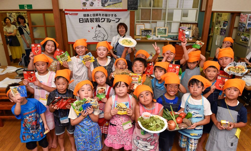 自然の恵みクッキングに参加した子供たちの集合写真