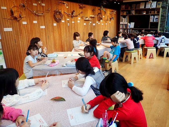 室内での作業風景、子供たち
