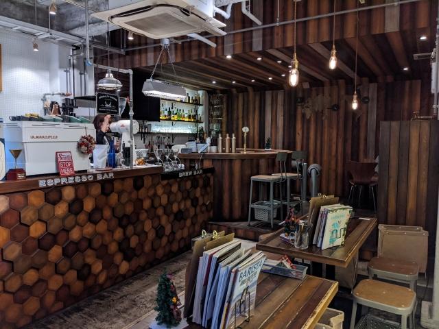 店内は木材の雰囲気が優しい。アルコールの提供もあります。