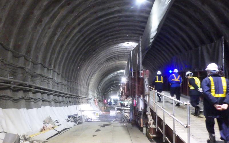 脇に歩道があるトンネル内部の写真