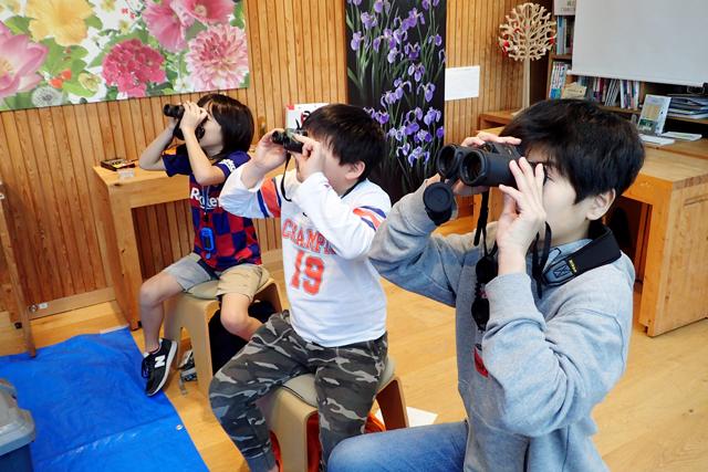 室内で観察の練習をする参加者の写真