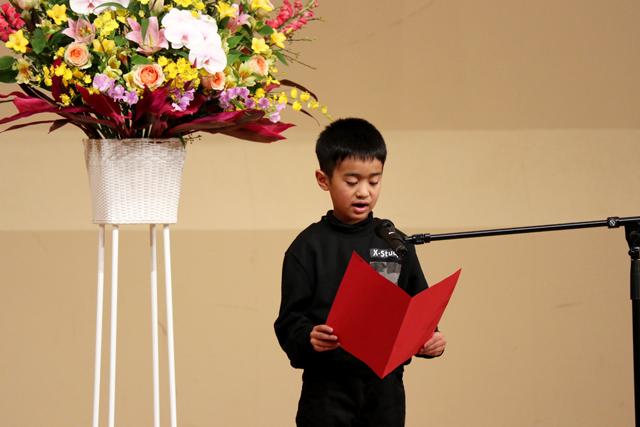 授賞式で詩を朗読する福田くんの写真
