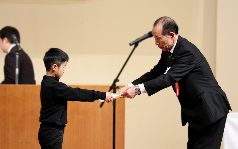 賞状を受け取る福田くんの写真