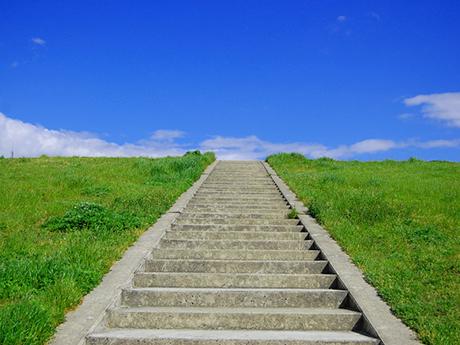 青空に向かって上がる階段の写真