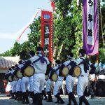 白装束を着た集団が太鼓を叩く白保集落の豊年祭の写真