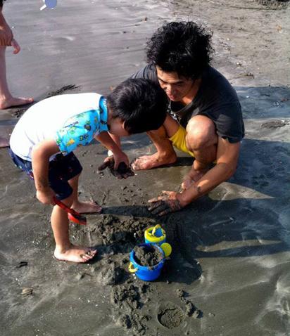 潮干狩りする親子の写真