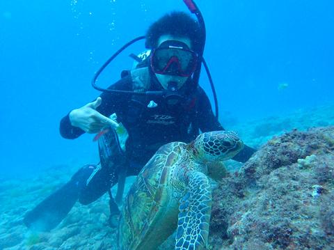ダイビングしている勝田翔人さんの写真