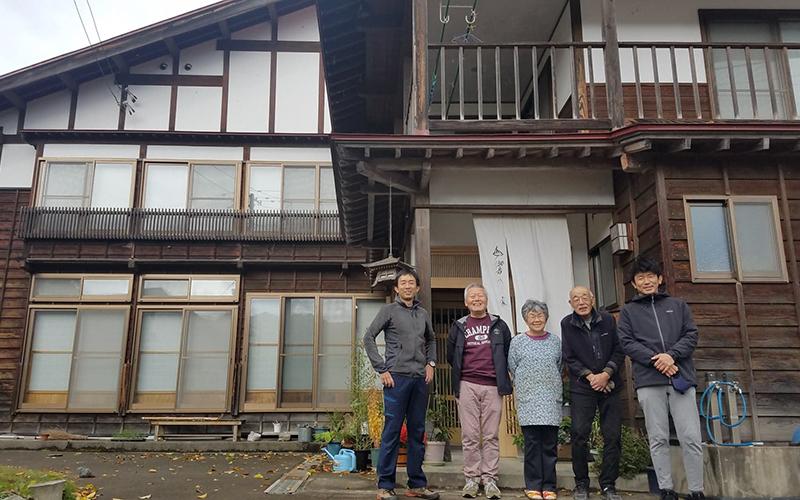農家レストラン山響の家の前で集合写真