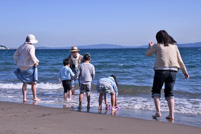 海辺で遊ぶ親子の写真