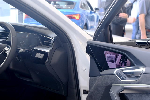 Audi e-tronのサイドミラーレスの写真