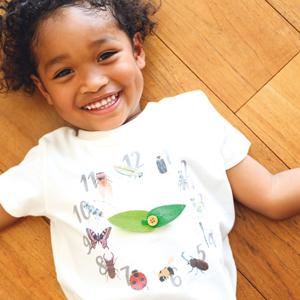 Tシャツを着ている子供の写真