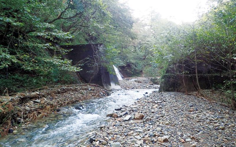 2008年に中央部を撤去した2号ダムの画像