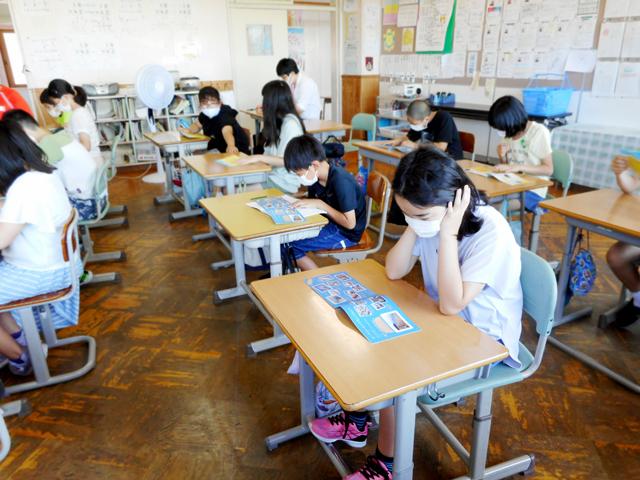 教室で砂浜ノートを熱心に読んでいる生徒の写真