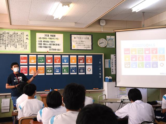 教室で講義する岩橋さんの写真