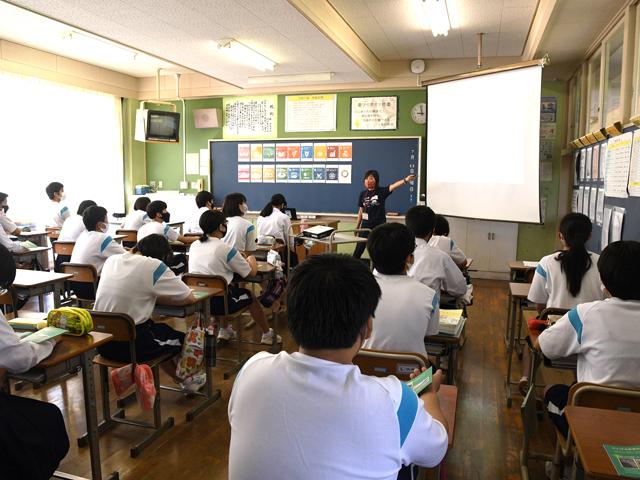 教室で講義する志村さんの写真