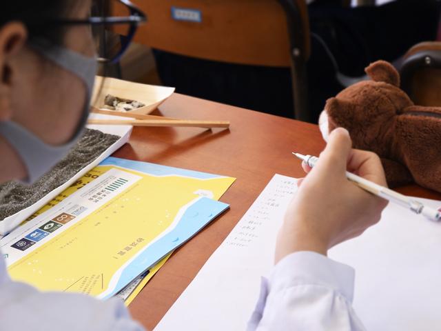 メモを取る生徒の写真
