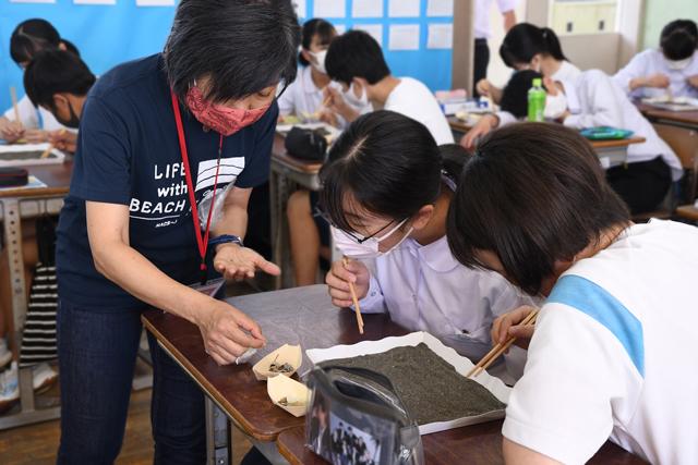 ワークショップに取り組む生徒の写真