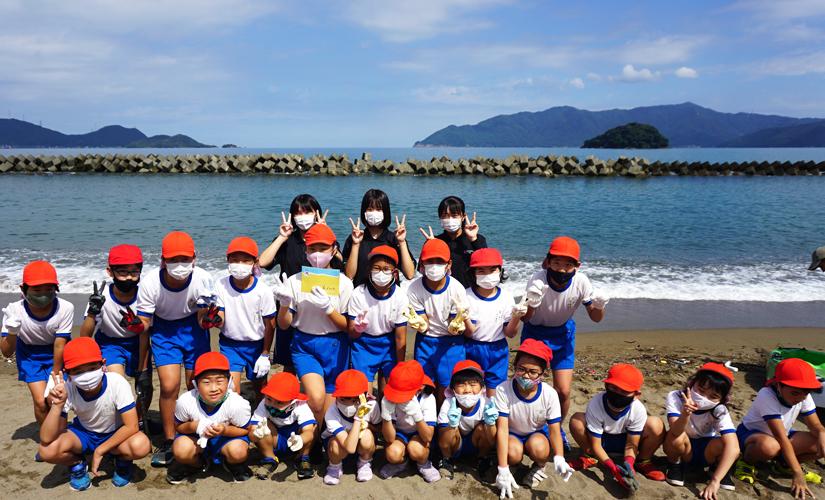 海岸清掃に参加した小学生と先生の集合写真
